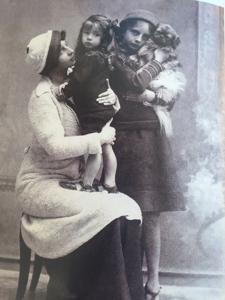 Giulia Florio in braccio alla madre Franca con la sorella Igiea